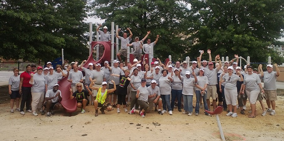 Volunteer builders take a group photo.