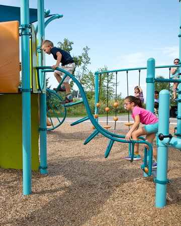 The Single Wave Climber's steel construction provides durability and a fun, wavy way to navigate between two PlayBooster® decks of different heights.